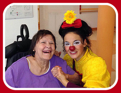In Pflegeheimen, Seniorenheimen, Altenheimen, in Demenzstationen - überall dort wo alte Menschen in Einrichtungen leben, kommt die therapeutische Geriatrie-Clownin gerne zu Besuch