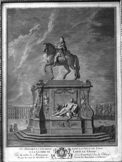 Représentation de la première statue de Louis XIV avec l'allégorie de la Saône. Gravure : Jean et Benoît Audran. Source : Numelyo