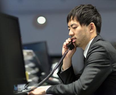 リストをもとに売り込みの電話をする営業マン