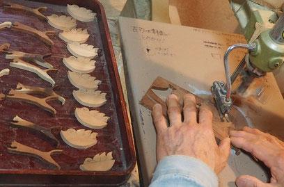 ブローチ(ツバメの子とネコ二態)製作中