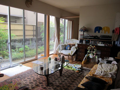 赤ちゃんが生まれてすっかり床生活だそうです。窓の外にテラスを作る計画中。