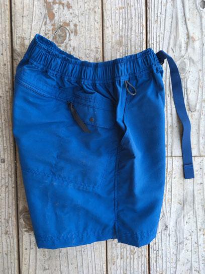 右サイド携帯ポケット&後面ジップポケット