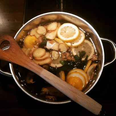 Selbst gemachter Ingwer-Kräuter-Sirup. Mit Zutaten von Servus Resi