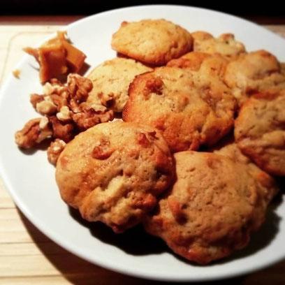 Kekse mit Karamell-Toffees und Walnüssen