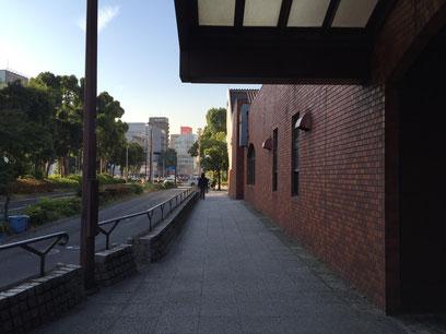 2.駅出口を右側に駅に沿って歩道を進みます。