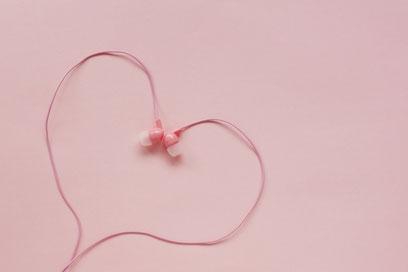 ピンクのイヤフォンでかたどったハート。