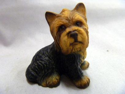 Старинный, миниатюрный щенок из фарфора. Ручная роспись матовой глазурью. Глянцевые глаза - создают эффект влажных. 1,5 дюйма высотой (3.9 см), куплена: 27.02.14.  в South Pittsburg, Tennessee, United States. США