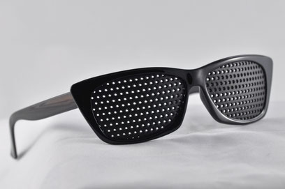 fbf2a29b5c Las gafas de agujeros también se llaman gafas reticulares, estenopeicas,  rasterbrille o pinhole. Están formadas por una parrilla negra de agujeros,  ...
