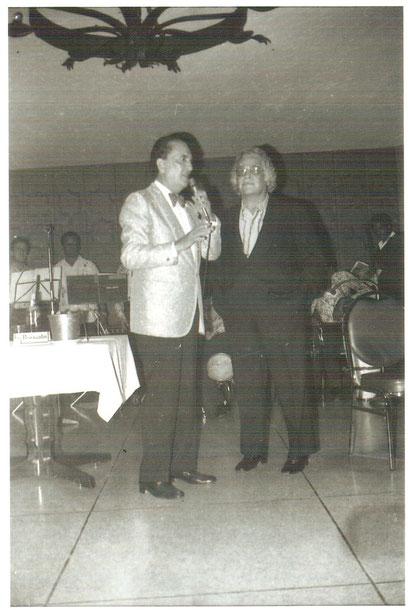 """1980, Daniel y el cantor argentino Hugo del Carril, cuando actuaba en el Hotel Petecuy de Cali, Hugo ofrece su testimonio de admiración por """"El Jefe""""."""