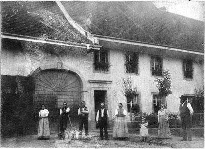 """Familie Fricker, """"s Lehrers"""", vor ihrem Wohnhaus bei der Kirche (Foto Karl Fricker, um 1906)"""