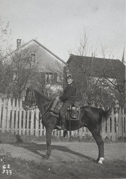 """Oskar Rüetschi (""""Kueni-Oski"""") hoch zu Pferd als """"Guide"""". (1914/18)"""
