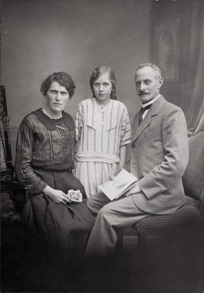Familie Emil und Ursula Fricker-Schmid, Tanewäbers, mit Tochter Margrit (Herzog-) Fricker (Foto: C. Gersbach, Säckingen, um 1923)