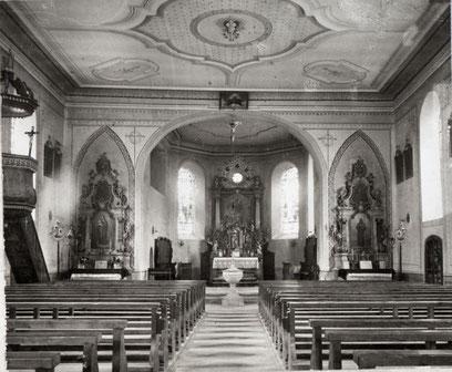 Das Innere der Kirche St. Martin vor der Renovation 1903. Das Deckengemälde - 1952 wieder entfernt - existiert noch nicht. (Foto 1900)