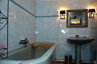 La salle de bain du 1 er étage avec baignoire et wc