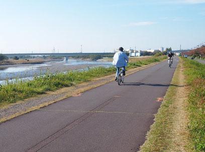 ●多摩川サイクリングロード。ゆっくり景色を見ながら走ると、とても気持ちのよい道です。