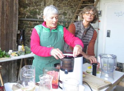 Jacqueline et Patricia nous ont gentiment fait gouté lors de la vente à la ferme du mercredi 12 octobre 2016 des jus de toutes les couleurs et de toules saveurs, plein de vitamines !