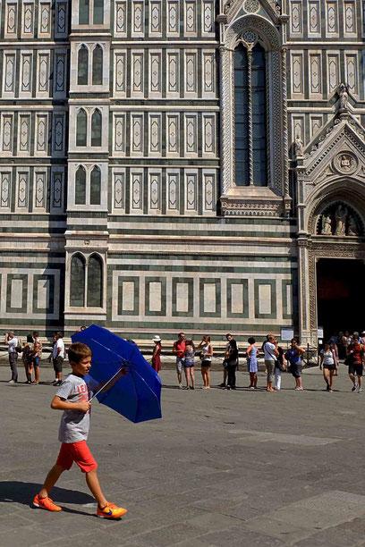 Street Photo, photographie, Italie, Toscane, Florence, cathédrale, marbre, couleurs, rue, teenager, parapluie,  architecture, renaissance, baroque, Mathieu Guillochon, été, lumière.