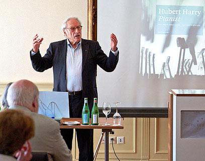 Peter Schulz vom Verlag ProLibro begrüsst die Gäste der Vernissage.