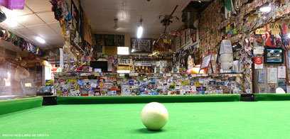 Pause billard dans le Bush, Daly Waters pub, photo non libre de droits