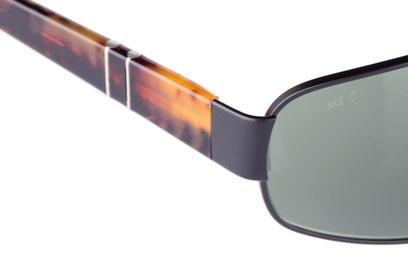Occhiali da sole uomo Persol Modello: 2318-S. Colore: 594/31 nero. Colore lenti: verde. Calibro 61-17. Forma: Squadrato. Materiale: metallo. Protezione UV 100%
