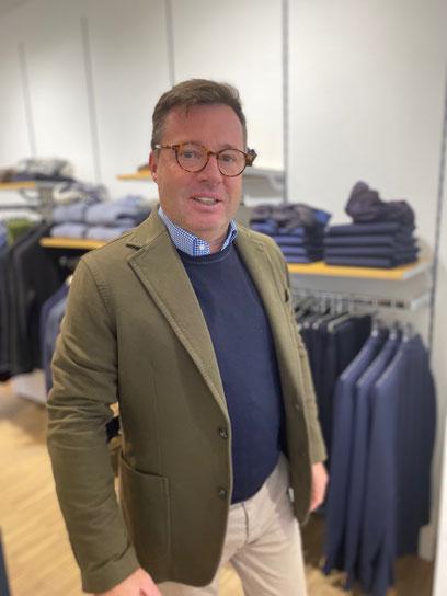 """Bevor Stefan Szabo 2010 das alteingesessene Holzkirchener Modegeschäft übernommen haben, war er viele Jahre in einem großen Münchner Bekleidungshaus beschäftigt - und dort seinem Blick geschärft, was wem warum """"steht""""."""