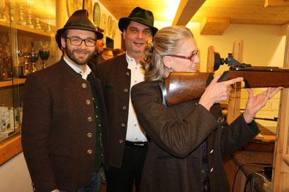 von links: Rupert Wörndl (Schützenmeister), Bernhard Brehmer (Gauschützenmeister), Marianne Steindlmüller (Bürgermeisterin von Frasdorf)