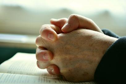 Zum Gebet verschränkte Hände