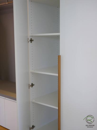Garderobenschrank - Einbauschrank für Schuhe in weiß Hochglanz mit Massiholz-Eichengriff für Garderobenschrank in Wandnische & offener Garderobennische mit integrierter Kleiderstange & Schubladen mit weißen Griffleisten