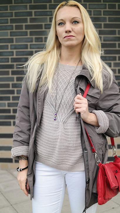 Gegen den grauen Alltagstrott | Outfit weiße Skinny, Chucks & Parka | hot-port.de | 30+ Blog