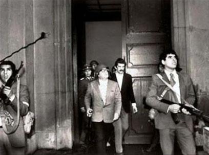"""Chiles præsident Salvador Allende foran præsident- paladset """"La Moneda"""" ved starten af militærkuppet"""