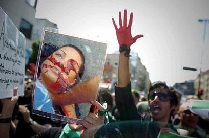 Demonstranter bærer billede af  Neda Agha Soltan