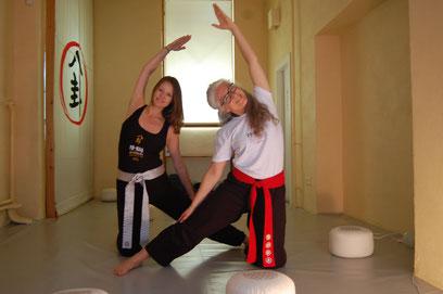 Zwei Frauen machen eine Yogaübung in einem Yogastudio