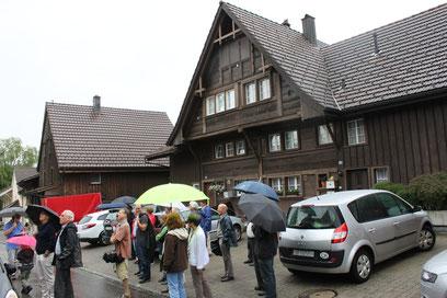 Auch dieses Haus an der Bienenstrasse, eine ehemalige Herberge, gehört zu den ältesten Gebäuden Niederuzwils, aus jener Zeit, als die Häuser gewöhnlich aus Holz erstellt wurden.