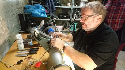 Friedrich Kersting vom Repair-Café Bocholt beim Messerscheifen