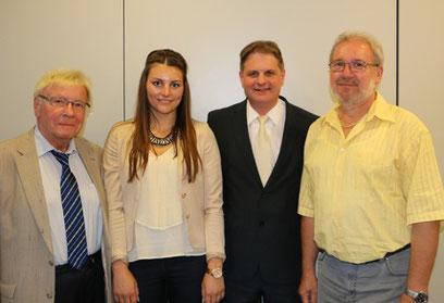 Klaus Budde, Ralf Witzel und Hans-Peter Schöneweiß begrüßen Nina Kolok zum Ausbildungsstart.