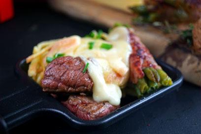 Raclette mit Rindersteak, Spätzle und Bohnen in Speck