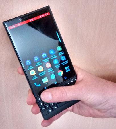 Das leistungsstarke  Android-Smartphone  erinnert optisch an  die 1990er Jahre –  zumindest der Rahmen. (Foto: Arne Gottschalck)