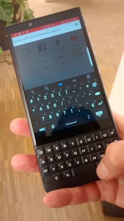 Für Einhänder  ist die Tastatur mit  Tasten nicht zwingend  praktischer als  ein Touchscreen. (Foto: Arne Gottschalck)
