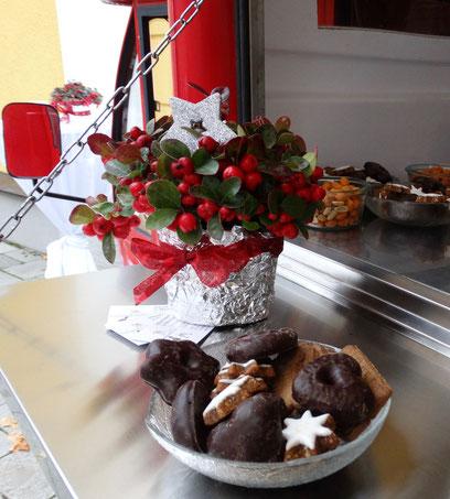 Glühwein, Lebkuchen und heiße Schokolade zur Winterfeier