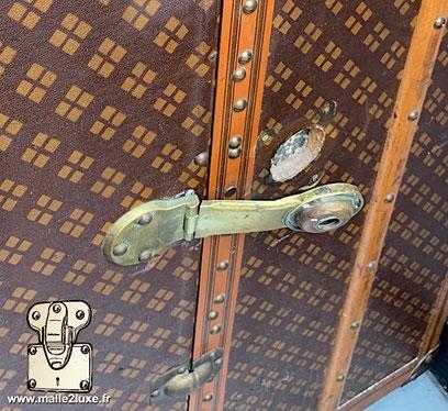 Brass trunk lock Aux Etats Unis  229 rue saint honoré Paris 1er