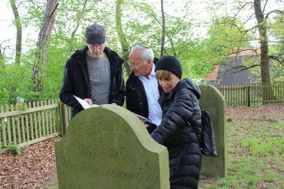 Auf dem Rehburger Friedhof beginnen Rafael und Claudia de Levie gemeinsam mit Heinrich Lustfeld (links) mit der Übersetzung der Inschriften.