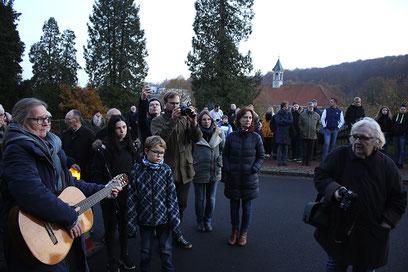 Drei Steine für Bad Rehburg, drei Paten, drei Chöre: Neben dem Chor der Wilhelm-Busch-Schule sang auch die Taizé-Gruppe der Kirchengemeinde Rehburg und ein Chor aus dem Maßregelvollzugszentrum.