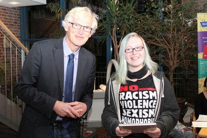 """Gegen Rassismus, Menschenfeindlichkeit und Rechtsextremismus setzt sich """"Against Racism Nienburg"""" ein – deren Vertreterin Annika von Henning Onkes den Preis verliehen bekommt."""