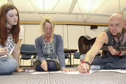 Song-Arbeit: Carolyn Dreesmann, Christine Gleiss und Patrick Pfeil schreiben ein Lied begleitend zu der Lesung.