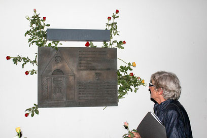 Rosen hinterlassen nach der Verleihung am Mahnmal für die Nienburger Opfer des Nationalsozialismus – wie hier Ulrike Kassube.