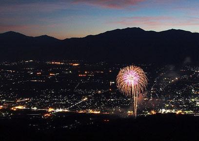 萱野高原から見る夜景と花火