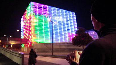 El edificio Ars Electronica con  su iluminación interactiva. Tomado de http://puzzlefacade.com/