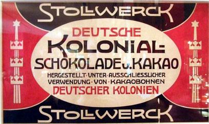 """Konsum von Kolonialwaren als patriotische Angelegenheit. Der Kölner Schokoladenhersteller Stollwerck warb mit der Produktion """"unter ausschließlicher Verwendung von Kakaobohnen Deutscher Kolonien"""". Quelle: Gemeinfrei, via Wikimedia Commons, Foto: Euku."""