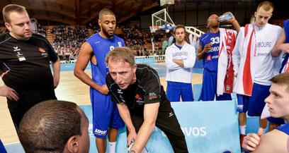 Trainer Frank Baum mit Basketball-Spielern