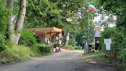 Der unspektakuläre Eingangsbereich des Campingplatzes